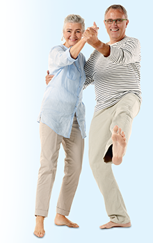 Met elkaar dansend echtpaar op blote voeten